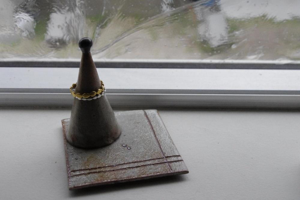 陶器でできたジュエルホルダー