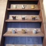 古民家の階段にのせた間鍋竹士の作品